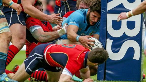 Giovanbattista Venditti goes over for Italy's second try just before the interval