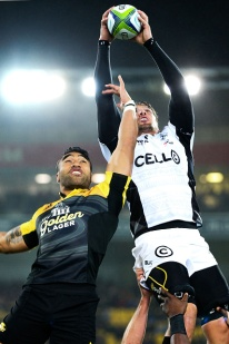 WELLINGTON, NEW ZEALAND - JULY 23: Etienne Oosthuizen of the Sharks wins a lineout ball over Victor Vito of the Hurricanes during the Super Rugby Quarterfinal match between the Hurricanes and the Sharks at Westpac Stadium on July 23, 2016 in Wellington, New Zealand. (Photo by Hagen Hopkins/Getty Images)